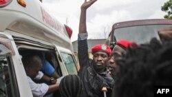 Le chanteur ougandais devenu politicien Robert Kyagulanyi, au centre, mieux connu sous le nom de Bobi Wine, monte dans une ambulance après sa libération sous caution à la Haute Cour de Gulu, dans le nord de l'Ouganda, le 27 août 2018.