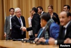 FILE - U.N. envoy to Yemen Martin Griffiths shakes hands with Yemeni delegates at the opening press conference on U.N.-sponsored peace talks for Yemen at Johannesberg castle, in Rimbo, Sweden, Dec. 6, 2018.