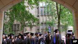 资料照片:在康涅狄格州纽黑文的耶鲁大学,未来的毕业生们等待着毕业典礼队伍的开始。(2010年5月24日)