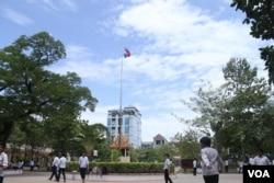 ពាក្យស្លោករំឭកការចងចាំអំពីសម័យខ្មែរក្រហម នៅក្នុងវិទ្យាល័យទួលទំពូង ក្នុងទីក្រុងភ្នំពេញនៅថ្ងៃទី ១៧ ខែកក្កដា ឆ្នាំ២០១៥។ (ស៊ូ ពិសែន/VOA Khmer)