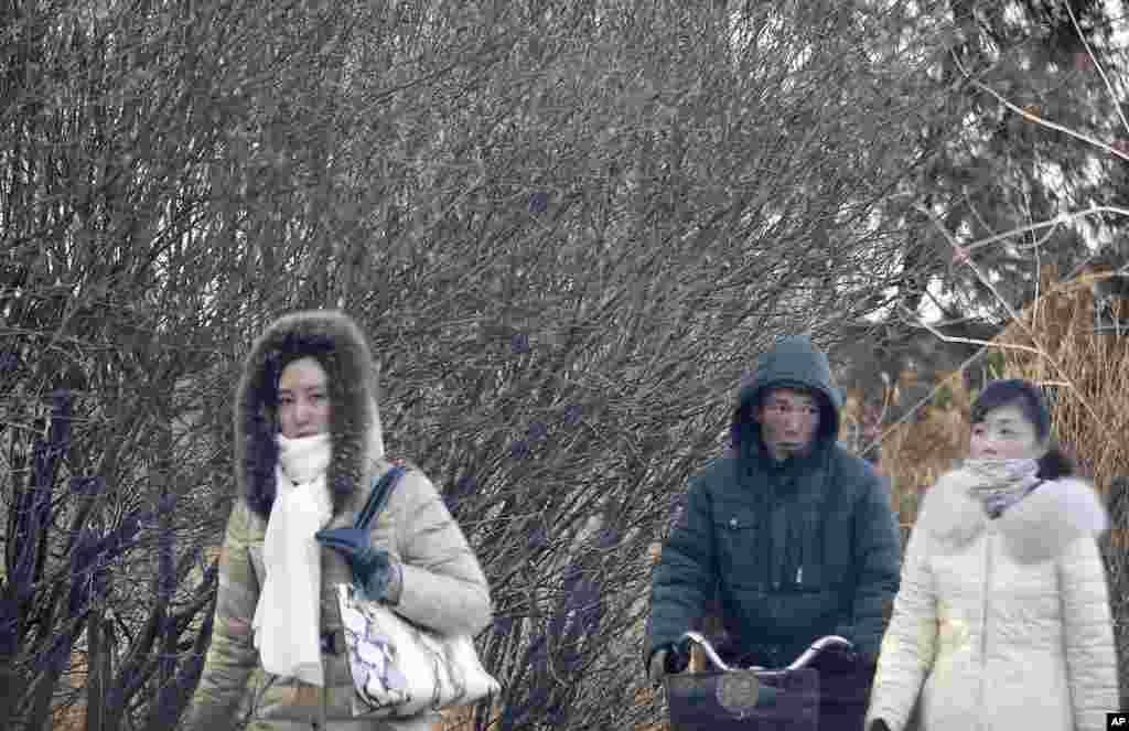 9일 한파로 추위가 찾아온 평양에서 퇴근길 주민들이 두꺼운 옷을 입고 있다.