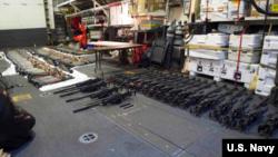 نیروی دریایی آمریکا این عکس را از سلاح های کشف شده، بر روی وب سایت خود قرار داده است.