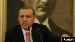 Le président turc Turkish Recep Tayyip Erdogan tient une conférence de presse à l'aéroport international Ataturk à Istanbul, Turquie, le 8 septembre, 2017.
