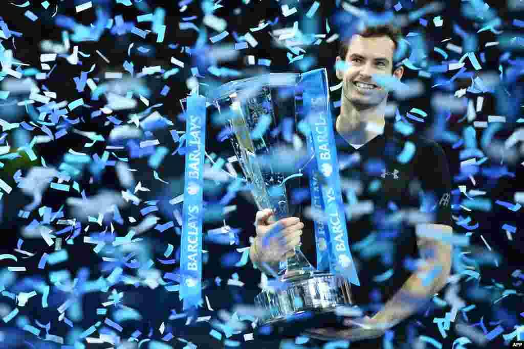 កីឡាករវាយតេន្នីសអង់គ្លេសលោក Andy Murray ធ្វើការអបអរសាទរជាមួយនឹងពានរង្វាន់ បន្ទាប់ពីឈ្នះការប្រកួតវគ្គផ្តាច់ព្រ័ត្រផ្នែកបុរសនៃការប្រកួតវាយតេន្នីស ATP World Tour Finals នៅក្រុងឡុងដ៍ នាថ្ងៃទី២០ ខែវិច្ឆិកា ឆ្នាំ២០១៦។