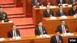 中国全国人大常委会委员长张德江(下方站立致辞者)3月5日在十二届全国人大四次会议第二次会议开幕式上(美国之音金子莹拍摄)