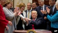 El sorpresivo anuncio se produjo luegoque funcionarios de la Casa Blanca revelaron que Trump y sus asesores estaban considerando emitir un decreto para retirar a Estados Unidos del pacto comercial.