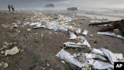 Sampah-sampah plastik yang bertebaran di pantai (foto: ilustrasi).