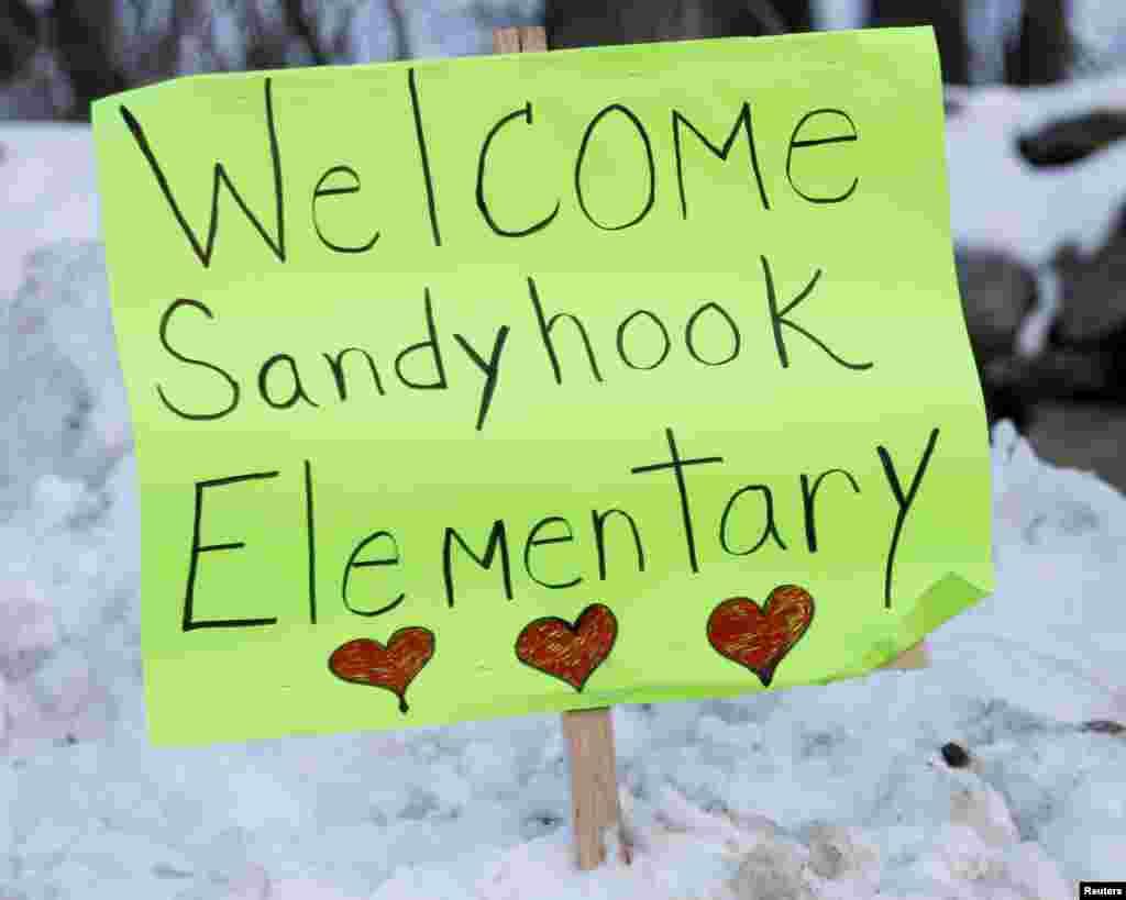 2일 샌디훅 초등학교 수업 재개를 앞두고 학생들을 환영하는 문구가 거리에 걸렸다.