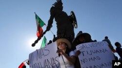 Tijuana halkı kasabalarına gelen göçmenleri protesto etti