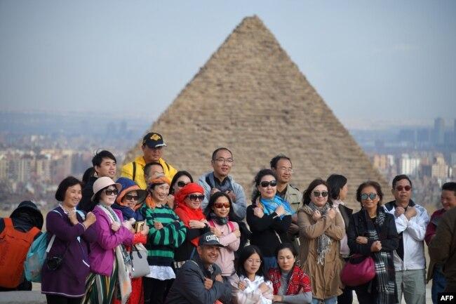 Du khách chụp hình trước các kim tự tháp Giza ở ngoại ô phía tây nam thủ đô Cairo, ngày 29 tháng 12, 2018.