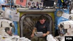 Steve Bowen dan Alvin Drew (kiri dan kanan), dua astronot pesawat ulang-alik Discovery pada sebuah sesi latihan.