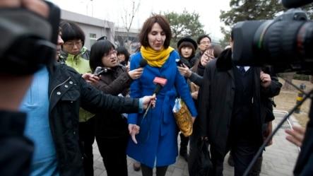 2012年3月22日,当时是疯狂英语创始人李阳妻子、声称受到家庭暴力的Kim Lee到北京法院参加离婚案审理时被当地记者包围。这位美国女士成为中国境内受家庭暴力之苦的妇女们的英雄。