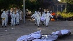 မႏၱေလးျမိဳ ့က ကိုဗစ္ေရာဂါနဲ ့ေသဆံုးသူမ်ားကို သယ္ယူလာစဥ္ ( ဓာတ္ပံု - AFP)