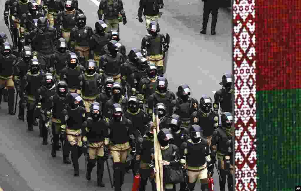 Білоруські силовики перекрили вулицю під час опозиційної акції протесту
