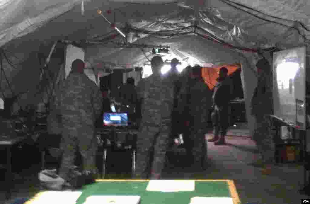 2013年1月25日實彈演練中,營部戰術行動中心的軍人接受坦克連的戰場實地報告。(美國之音赫爾曼拍攝)