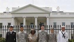 آرشیو: در اعتراض به سیاست «نگو و نپرس» چند تن از اعضای ارتش خود را به نرده های کاخ سفید زنجیر کرده اند
