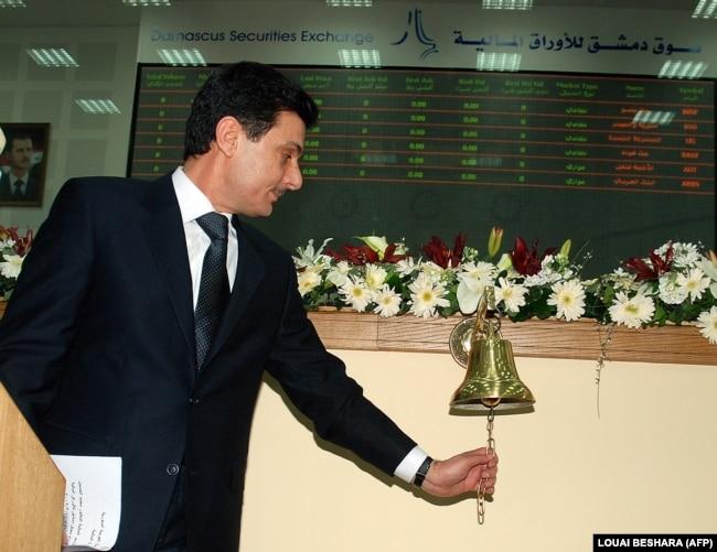 Dönemin Suriye Maliye Bakanı Muhammed el Hüseyin 2009'da Suriye Menkul Kıymetler Borsası'nın resmi açılışında ilk açılış zilini çalarken Suriye Menkul Kıymetler Borsası'nın ilk açılış günü (10 Mart 2009)