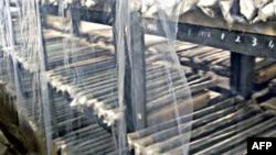 Các thanh nhiên liệu hạt nhân không sử dụng được chất trên các kệ của 1 nhà kho tại nhà máy hạt nhân của Bắc Triều Tiên