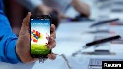 미국 뉴욕의 핸드폰 매장에 진열된 스마트폰. (자료사진)