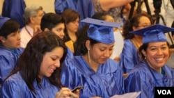 Los jóvenes soñadores que califican obtienen la cancelación temporal de una orden de deportación y un permiso de trabajo por dos años con la posibilidad de renovarse.