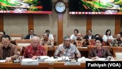 Rapat gabungan pemerintah dan DPR di gedung parlemen di Jakarta, Senin (2/9) soal rencana pemerintah menaikan iuran Badan Penyelenggara Jaminan Sosial (BPJS) Kesehatan. (Foto: VOA/Fathiyah)
