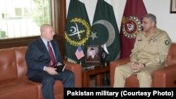 美国国家安全事务助理麦克马斯特(左)和巴基斯坦陆军参谋长卡马尔·贾韦德·巴杰瓦(2017年4月17日)