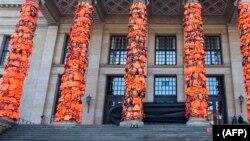 چین کے ایک آرٹسٹ نے برلن کے ایک تھیٹر کے ستونوں کی آرائش کے لیے لائف جیکٹس کا استعمال کیا، جس کا مقصد یورپ کی توجہ پناہ گزینوں کے مسائل کی طرف دلانا تھا۔ فائل فوٹو