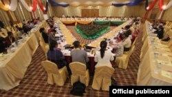 ျမန္မာ အစိုးရနဲ႔ အပစ္ရပ္ထားတဲ႔ အဖြဲ႔ ၈ ဖြဲ႔တို႔ၾကား ႏုိင္ငံေရးေဆြးေႏြးပြဲေတြ စတင္ႏုိင္ဖုိ႔ UPDJC က ဒီကေန႔ ေဆြးေႏြးေန။ (Photo- Myanmar Peace Center)