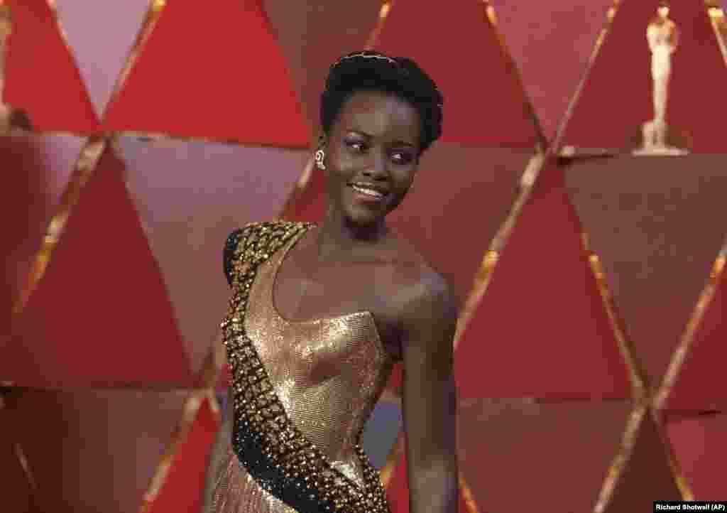 Lupita Nyongo'o à chegada dos Óscares em Los Angeles