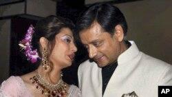 بھارت کے سابق وزیر مملکت ششی تھرور اپنی بیگم سونندہ پشکر کے ہمراہ۔ فائل فوٹو