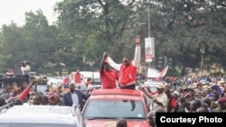 Rais Uhuru Kenyatta wa Kenya awahutubia wafuasi wake kwenye eneo la Donholm, mjini Nairobi kabla ya kuwasilisha makaratasi yake kwa tume ya IEBC tarehe 29 Mei 2017.