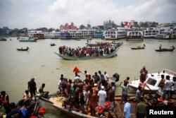 ဘဂၤလားေဒ့ရွ္ႏိုင္ငံ Dhaka ၿမိဳ႕ရွိ Buriganga ျမစ္ထဲ နစ္ျမဳပ္ခဲ့တဲ့ ကူးတို႔သဘၤာက ေသဆံုးသြားသူေတြကို သယ္ေဆာင္ေနတဲ့ ျမင္ကြင္း။ (ဇြန္ ၂၉၊ ၂၀၂၀)