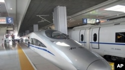 北京南站的京沪高铁和谐号