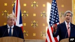 2016年7月19日,英国外交大臣约翰逊(左)和美国国务卿克里在联合记者招待会上。