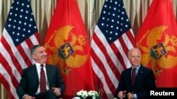 ARHIVA - Susret Mila Đukanovića i Džoa Bajdena, koji su u to vrijeme bili na položajima premijera Crne Gore odnosno potpredsjednika SAD, na marginama konferencije u Minhenu, 2015. godina (Foto:Rojters/Michaela Rehle)