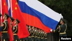 一名中國軍人2018年6月8日在北京人大會堂外為中國國家主席習近平歡迎俄羅斯總統普京而舉行的儀式做準備。(資料圖片)