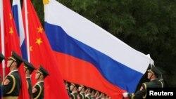 资料照片: 中国军人在北京人大会堂外为中国国家主席习近平欢迎俄罗斯总统普京而举行的仪式做准备。(2018年6月8日)