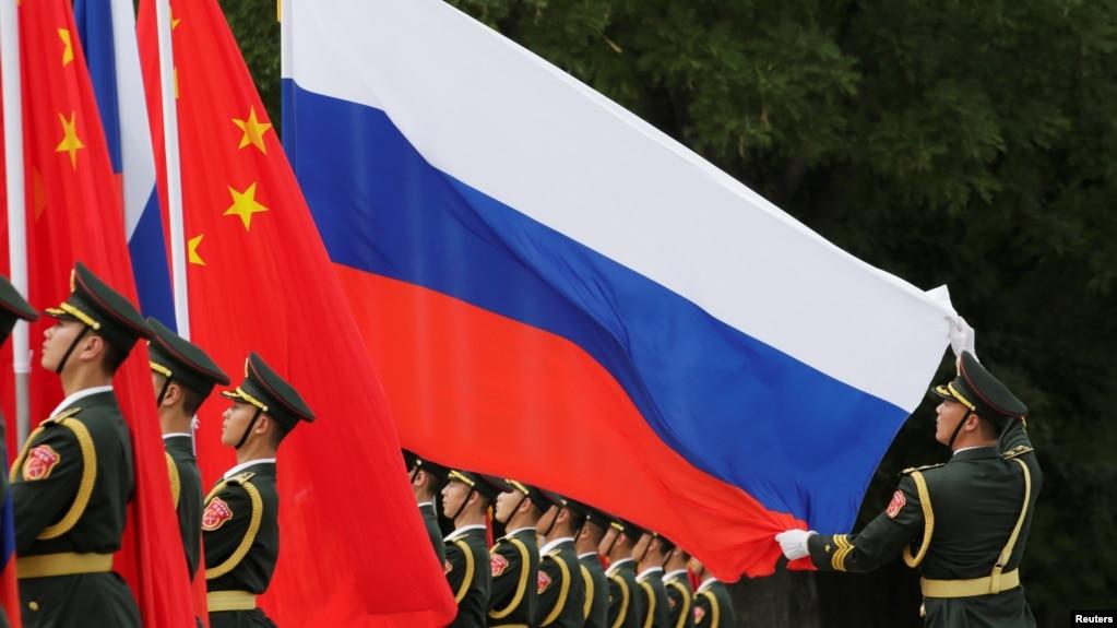 一名中国军人2018年6月8日在北京人大会堂外为中国国家主席习近平欢迎俄罗斯总统普京而举行的仪式做准备。(photo:VOA)