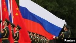 一名中国军人2018年6月8日在北京人大会堂外为中国国家主席习近平欢迎俄罗斯总统普京而举行的仪式做准备。