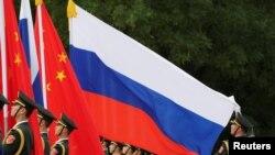 一名中國軍人2018年6月8日在北京人大會堂外為中國國家主席習近平歡迎俄羅斯總統普京而舉行的儀式做準備。