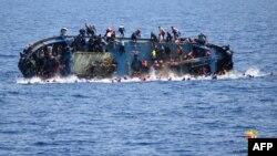 Ảnh của hải quân Italia ngày 25/5/2016 cho thấy một con tàu của di dân đang bị đắm ngoài khơi bờ biển Libya.