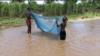 Crianças pescam em Nhamatanda, Sofala, Moçambique