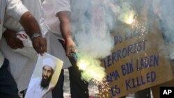 بھارتی ریاست گجرات کے شہر احمد آباد میں لوگ اسامہ بن لادن کی ہلاکت کی خبر کے بعد تصاویر جلاتے ہوئے۔