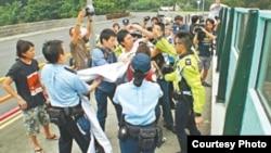 社民连吴文远在前国家主席胡锦涛2012年访港期间抗议(苹果日报图片)