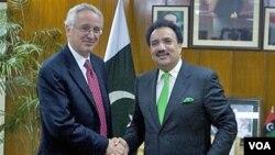 Duta Besar AS untuk Pakistan Cameron Munter (kiri) bersama Mendagri Pakistan Rehman Malik di islamabad (foto: dok.).