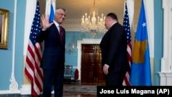 Državni sekretar SAD Majk Pompeo i predsednik Kosova Hašim Tači u Stejt departmentu (Foto: AP/Jose Luis Magana)