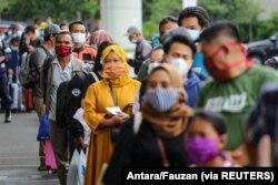 Penumpang yang mengenakan masker pelindung mengantre untuk uji antigen cepat di Bandara Soekarno Hatta, Tangerang, 22 Desember 2020. (Foto: Antara/Fauzan via Reuters)