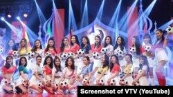"""Các cô gái tham gia chương trình """"Nóng cùng World Cup"""" trên VTV. Việc dùng phụ nữ cho chương trình này của VTV bị chỉ trích là """"coi thường phụ nữ đội lốt tôn vinh."""" (Ảnh chụp màn hình của VTV trên Youtube)"""