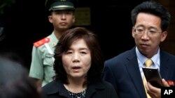 중국을 방문 중인 최선희 북한 외무성 미국국 부국장이 23일 베이징 주재 북한대사관 앞에서 기자회견을 하고 있다.