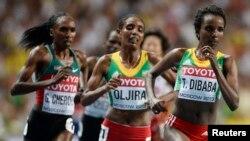 L'éthiopienne Tirunesh Dibaba (à droite) court devant l'Éthiopienne Belaynesh Oljira au 10,000 mètres dames à Moscou, le 11 août 2013.